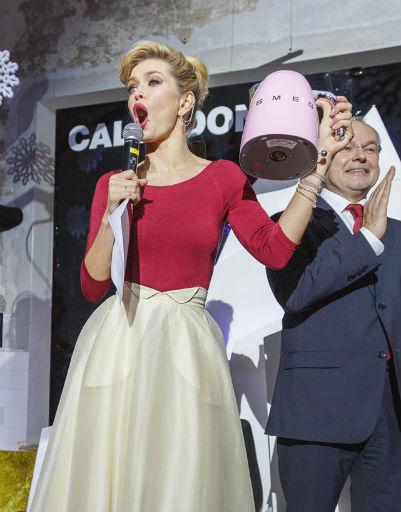 Вера Брежнева с чайником SMEG