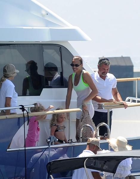 Супермодель с семьей катается на яхте