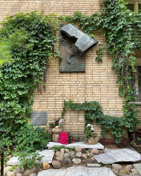 Памятник у дома Высоцкого в Москве