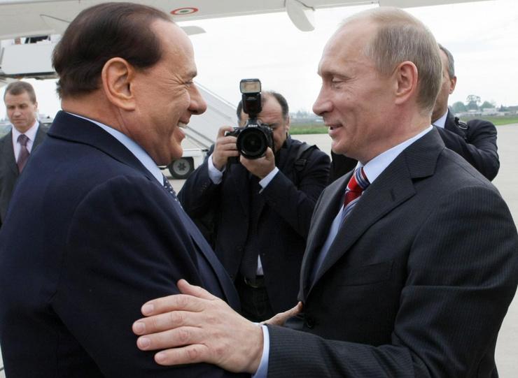 Традиционное приветствие Сильвио Берлускони изобразил на пододеяльнике