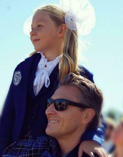 Муж Натальи Ионовой со старшей дочерью на линейке