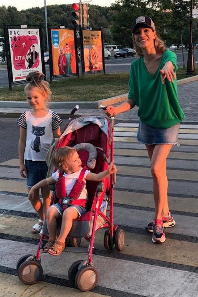 Актриса воспитывает двух дочерей