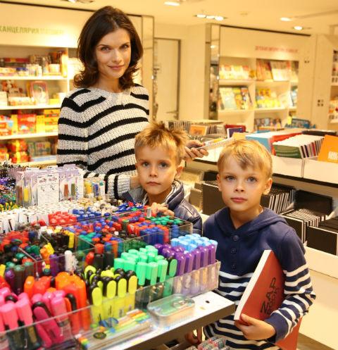 Два года назад сыновья Азаровой Дмитрий (слева) и Георгий пошли в школу