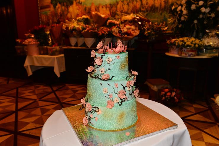 Виновница торжества не стала заказывать многоярусный торт из мастики — остановила выбор на элегантности