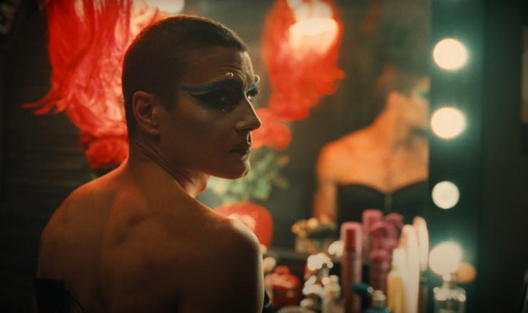 Видео: Максим Матвеев переоделся в женщину в клипе на кавер песни группы «Гости из будущего» – фото №2