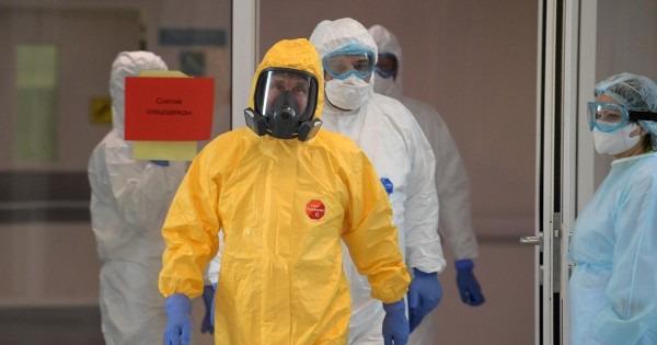 Владимир Путин примерил желтый защитный костюм и посетил больницу в Коммунарке
