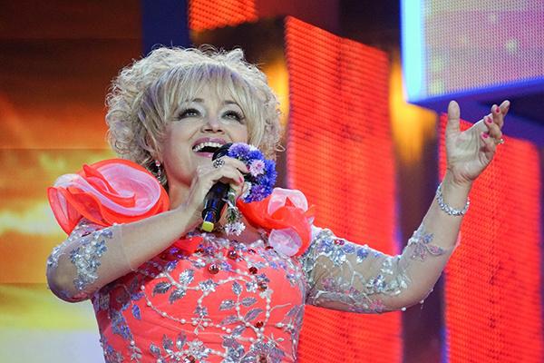 Концертные наряды Кадышевой помогает подбирать целая команда стилистов