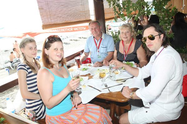 Племянница Вероника, сестра Наталья, отчим Олег, мама Любовь и сам Александр Ревва