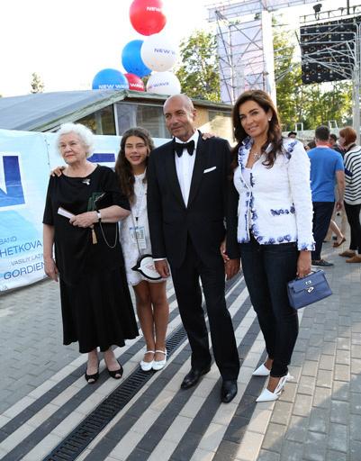 Игорь Крутой с мамой, женой Ольгой и младшей дочерью Александрой