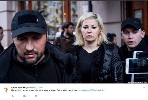 Мария Максакова покидает место возле гостиницы