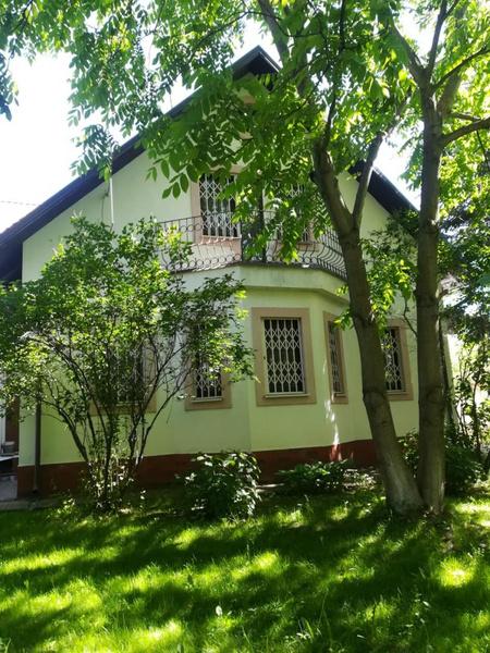 Недвижимость находится на третьей линии в окружении сосен и голубых елей