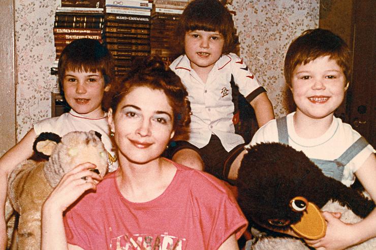 Данила Козловский (справа) c мамой и братьями