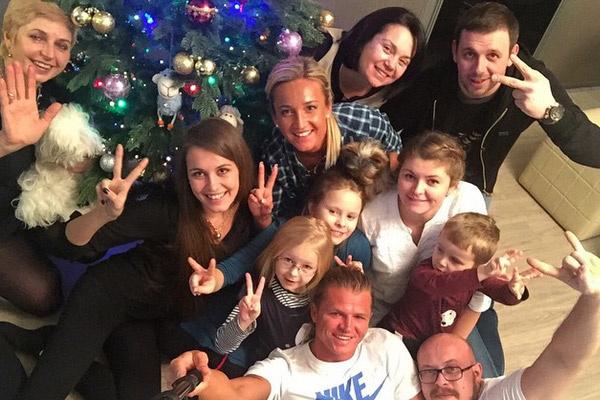 Ольга Бузова с родственниками своего мужа и своими