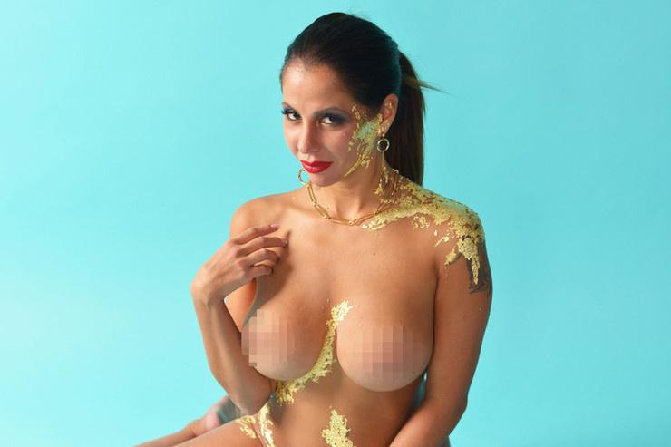 В прошлом месяце актриса похвасталась пластикой груди