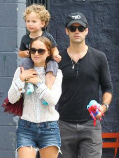 Натали Портман с сыном Алефом и мужем Бенжаменом Мильпье