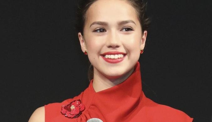Алина Загитова оттолкнула фанатку во время автограф-сессии