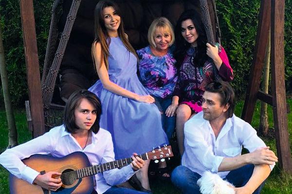 Анастасия Заворотнюк с детьми, мамой и мужем