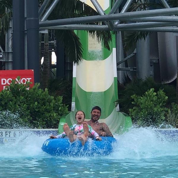 Семья прокатилась по водной горке