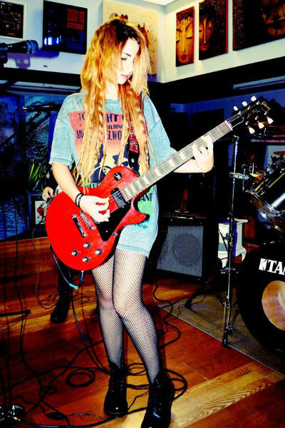 Лиза Варум играет рок