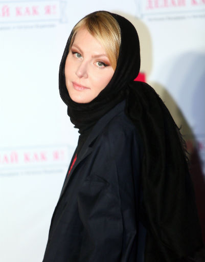 Рената Литвинова появилась на мероприятии в платке