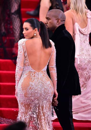 Ради некоторых нарядов Ким приходится позировать спиной