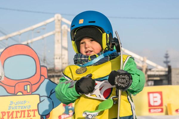 Новости: Айза Долматова поставила сына на сноуборд – фото №3