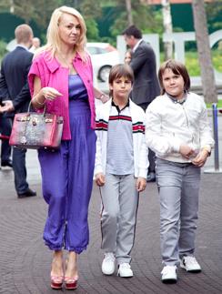 Яна рудковская с детьми. Андрей - в центре