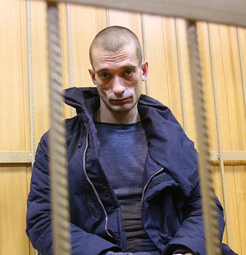 Издевался, бил ногами и лишил пальца: соратница художника Петра Павленского о перенесенном насилии
