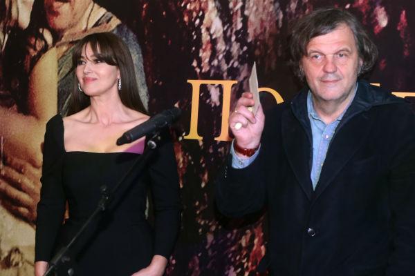 Кустурица не только написал сценарий к фильму, стал его режиссером, но и сыграл возлюбленного Моники Беллуччи