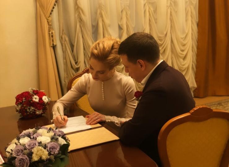 Пара расписалась в Кутузовском загсе
