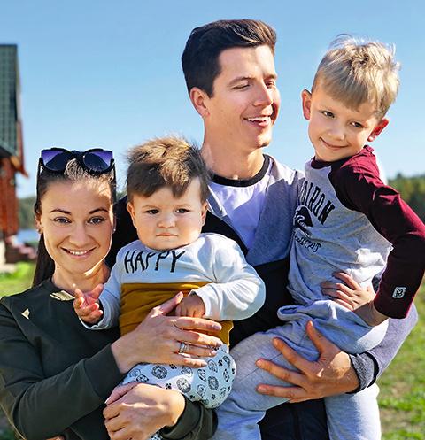 Денис Косяков с семьей