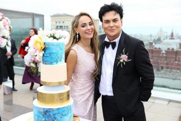 Свадебный торт гости отведали на открытом воздухе