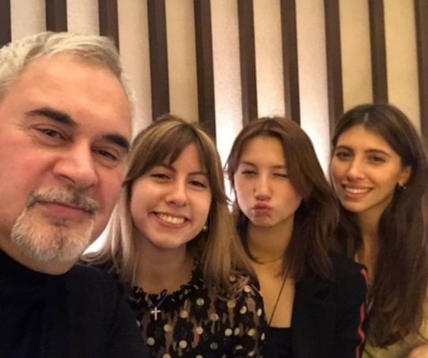 Певец постоянно на связи с дочками