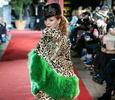 Елена Захарова вышла на подиум в леопарде и мехах