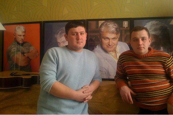 Близкие отмечают внешнее сходство Ильи Турчинского (слева) с отцом