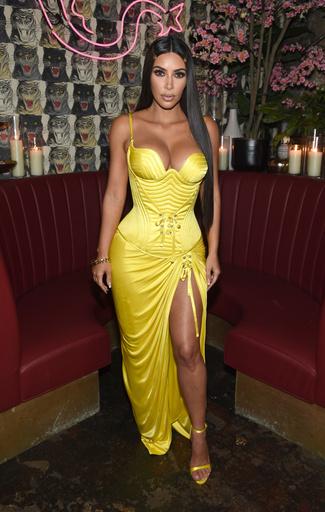 На ужине Business of Fashion Ким Кардашьян появилась в ярко-желтом платье