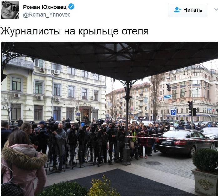 Журналисты дежурят около здания отеля, где произошло трагическое событие
