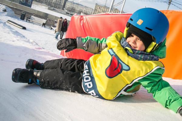 Новости: Айза Долматова поставила сына на сноуборд – фото №2