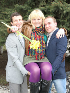 Слева Александр, а справа Денис держат на руках Ирину