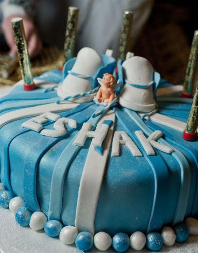 Гостей угощали праздничным тортом