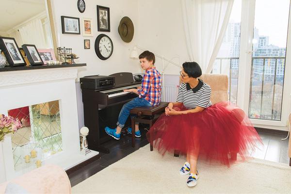 9-летний Давид, сын Кати, учится играть на фортепиано