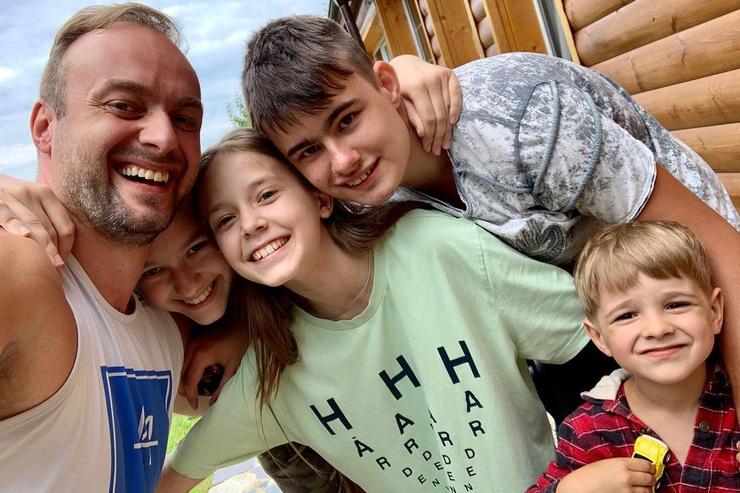 Дольникова поддерживает возлюбленного в стремлении общаться с дочерьми от союза с Аллой Казаковой и внебрачным сыном Ильей