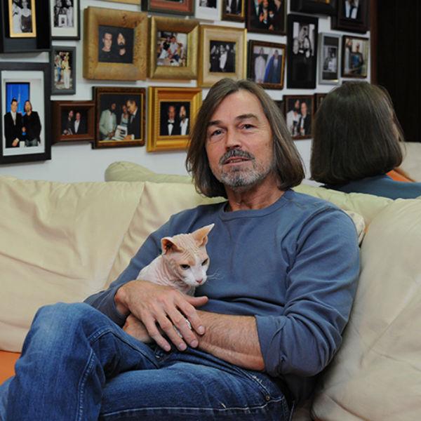 У Никаса не было времени на оформление документов для вывоза кошки из Египта: художник спрятал сфинкса под курткой