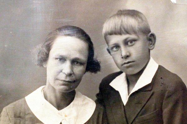 Евгений Евстигнеев с мамой