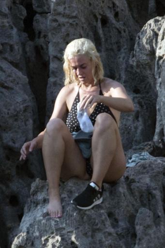 Певица готовится к опасному прыжку в море
