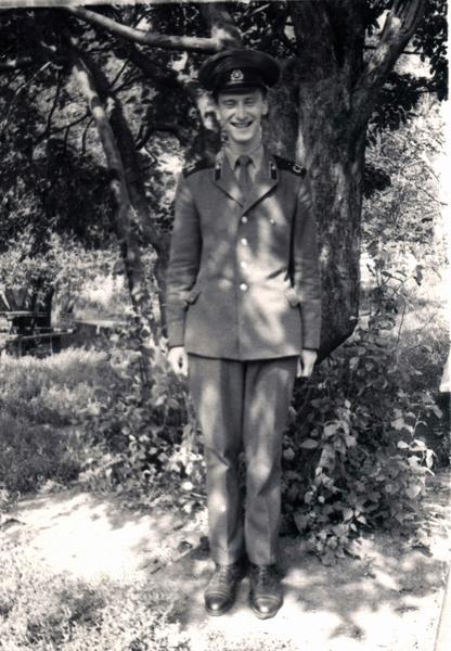 В армии начинающего артиста определили в военный ансамбль «Алый шеврон»