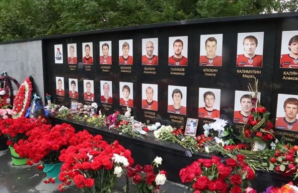 У памятника на могиле погибших всегда живые цветы
