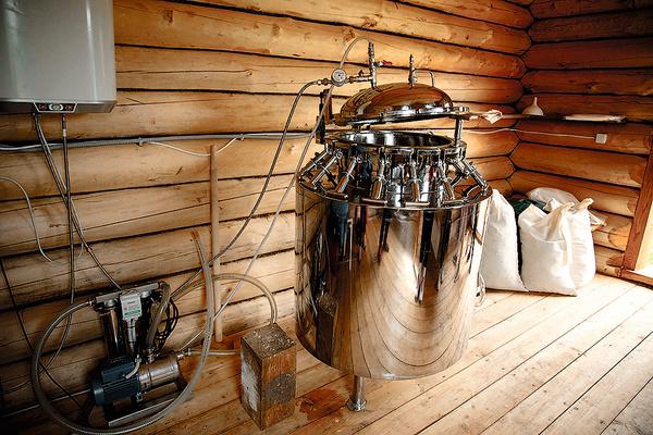 Для производства экстрактов сюда завезли специальное оборудование и установили в деревянном доме