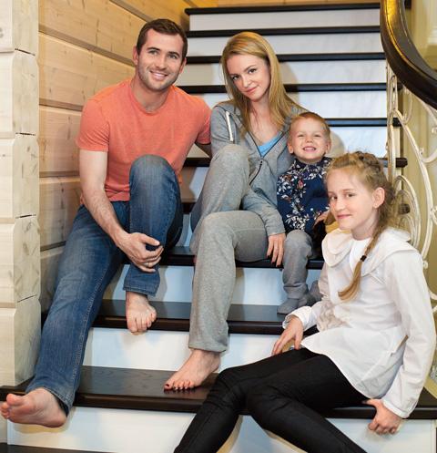 Александр и Милана Кержаковы с детьми спортсмена от прошлых отношений