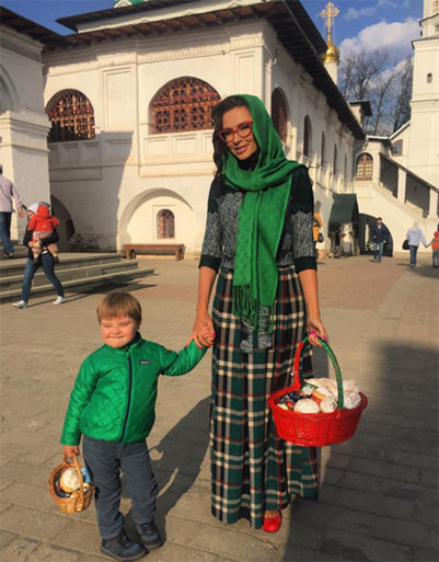 Эвелина Бледанс с сыном Семеном у стен храма